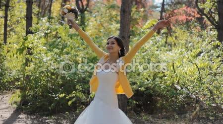 Nevěsta víří kolem sebe