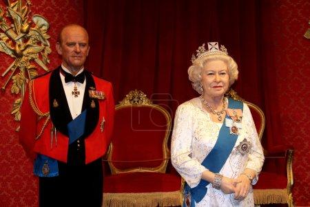 Photo pour Londres, Royaume Uni, 08 à juillet 2014. Madame tussaud à Londres. statue de cire de la Reine elizabeth ii et le prince philip, duc d'Édimbourg. créé par Madame tussaud en 1884. - image libre de droit