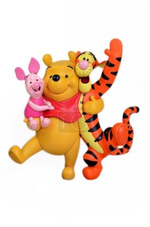 Foto de Monchique, faro - portugal, 27 de junio de 2013. imagen de Studio de winnie the pooh & amigos con un fondo blanco aislado. Disney winnie the pooh & amigos uno de sus famosos poses son notables. Winnie de pooh fue creado por a.a.milne - Imagen libre de derechos