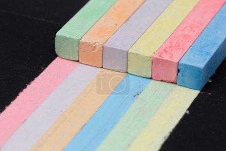 Photo pour Craies de couleurs de peinture rayures d'autres couleurs. Concept de compétences universelles et interchangeabilité en équipe - image libre de droit