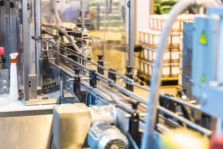 Photo pour Línea de envasado automático del transportador. industria farmacéutica y química. fabricación de fábrica - image libre de droit
