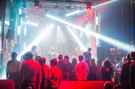Photo pour Discothèque de la couleur lumineuse avec show laser et danser les gens - image libre de droit