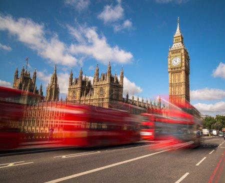 Photo pour Big Ben à Westminster avec autobus rouges de Londres va passé au cours de la journée. Il y a l'espace pour le texte dans l'image - image libre de droit