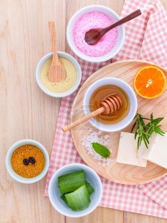 Photo pour Naturels Spa ingrédients du sel de mer, tanaka, aloe vera, orange, romarin et miel pour les soins de gommage et peau. - image libre de droit