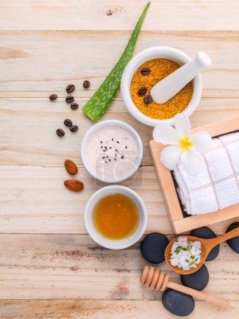 Photo pour Natural Spa Ingrédients sel de mer , grains de café , miel , amandes , pierres de spa et mortier blanc sur fond en bois pour le gommage et les soins de la peau. - image libre de droit