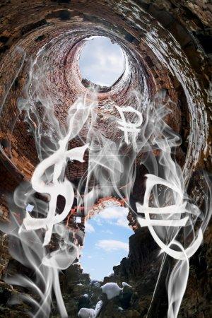 Photo pour Les symboles de la monnaie mondiale sous forme de fumée flottent dans une cheminée en brique - image libre de droit