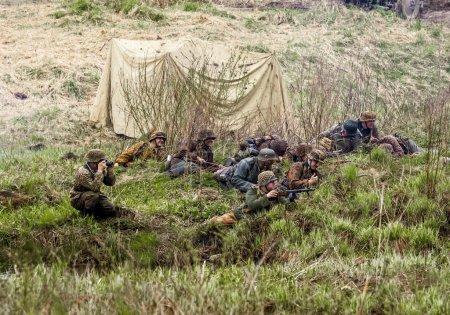 Photo pour Reconstruction de la bataille de la seconde guerre mondiale entre les Russes et les Allemands dans la forêt de Rzhevsky Par - image libre de droit