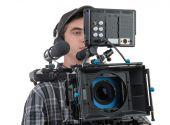 Mladá kameraman a profesionální fotoaparát