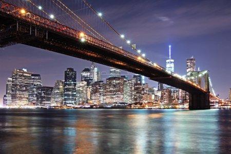 Photo pour Pont de Brooklyn en vue aérienne de nuit New York Manhattan - image libre de droit