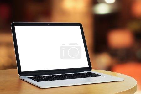 Photo pour Ordinateur portable vierge sur la table sur fond flou - image libre de droit