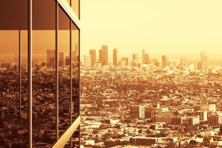 Photo pour Immeuble de bureaux moderne en verre et vue sur ville au coucher du soleil - image libre de droit