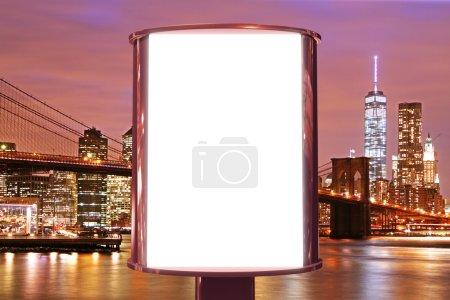 Photo pour Panneau d'affichage vierge sur le dos de la ville de nuit, maquette - image libre de droit