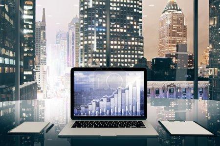 Ordinateur portable avec carte d'affaires sur un écran sur table vitreux dans le de