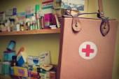 Brno - Česká republika 17 březen 2016 první pomoc pytel. Pozadí s léky a vitamíny. Vhodné pro léčiva a zdravotnické potřeby