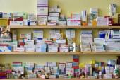 Brno - Repubblica Ceca 17 marzo 2016 farmaci e vitamine in farmacie scatole di medicinali sugli scaffali
