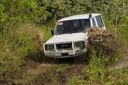 Offroad vehicle brand ISUZU overcomes