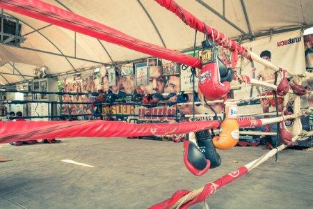 """Foto de Guantes en el ring de entrenamiento de Muay Thai en Bangkok. El deporte de combate utiliza llamativo stand-up con técnicas de Clinch y es conocido como """"el arte de las ocho extremidades"""" - filtro Vintage - Imagen libre de derechos"""