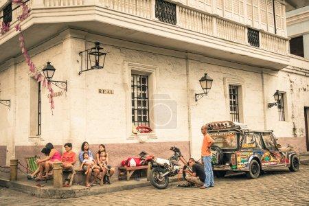 Photo pour Manille, Philippines - 29 janvier 2014 : vie quotidienne dans la rue dans le quartier d'Intramuros, qui était le siège du gouvernement, quand les Philippines étaient une composante de l'Empire espagnol. - image libre de droit