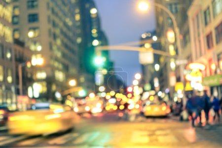 Photo pour Heure de pointe abstraite new york City - taxis jaunes défocalisé et trafic jam sur la 5ème avenue à Manhattan downtown à l'heure bleue - floue bokeh carte postale sur un look vintage rétro de filtrée nostalgique - image libre de droit