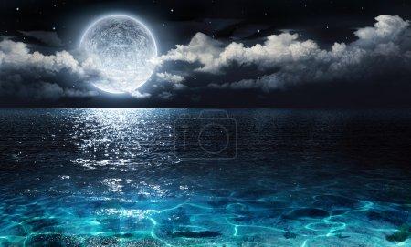 Photo pour Panorama romantique et pittoresque avec pleine lune sur mer jusqu'à la nuit - image libre de droit