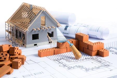 maison en construction - projet avec la brique et le plan stratégique