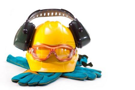 Photo pour Casque jaune, écouteurs contre le bruit, lunettes et gants sur fond blanc - image libre de droit