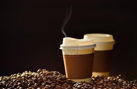 Photo pour Tasse de papier de café avec les grains de café et de fumée - image libre de droit
