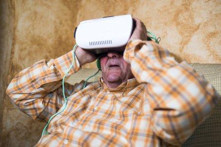 Photo pour Mature homme oman lunettes de réalité virtuelle à domicile - image libre de droit