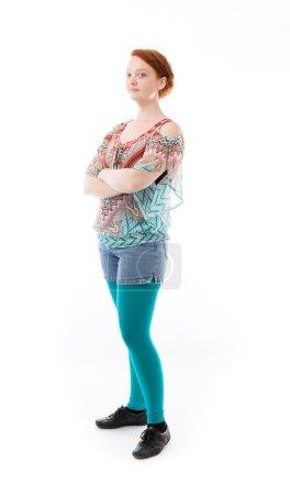 Photo pour Plan studio de mannequin heureux souriant avec les bras croisés isolés sur fond blanc - image libre de droit
