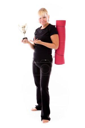 Photo pour Modèle en studio tenant un trophée isolé sur fond blanc - image libre de droit