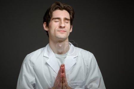 Photo pour Modèle priant et souhaitant Isolé sur fond plat - image libre de droit