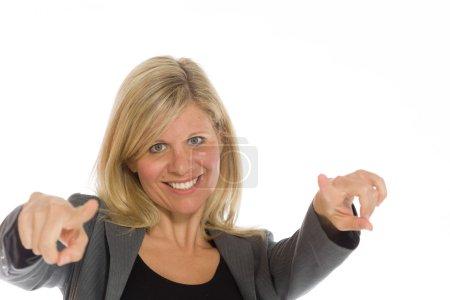 Photo pour Modèle pointant sur caméra isolée sur fond Uni en studio - image libre de droit