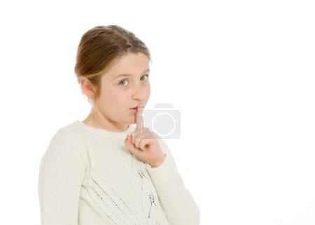 Photo pour Modèle avec doigt sur les lèvres isolé sur fond uni en studio - image libre de droit