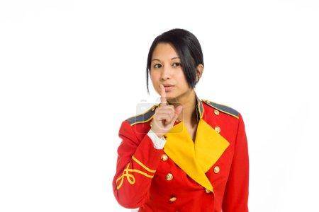 Photo pour Modèle avec doigts sur les lèvres isolé sur fond uni en studio - image libre de droit