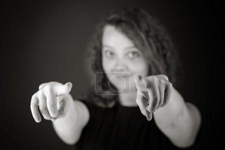 Photo pour Modèle pointant vers la caméra par les doigts en studio isolé sur fond gris clair - image libre de droit