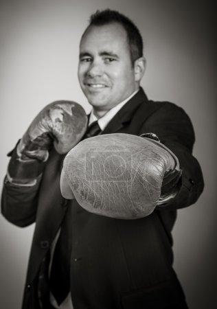 Photo pour Photographie noir et blanc de l'homme en gants de boxe prêt à se battre - image libre de droit