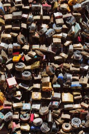 Photo pour Beaucoup de cadenas d'amour accrochés ensemble - image libre de droit
