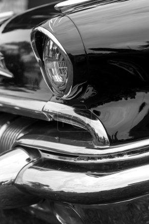 Phare droit d'une voiture vintage noire