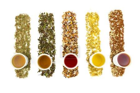 Teetassen mit verschiedenen bunten Tees