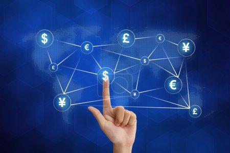 Photo pour Main poussant la mise en réseau monétaire mondiale avec fond bleu - image libre de droit