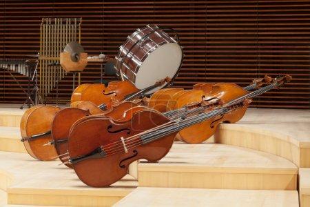 Photo pour Instruments de musique sur une scène. - image libre de droit