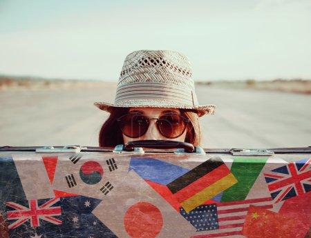 Hipster fille avec valise