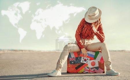 Voyageur femme assise sur la valise