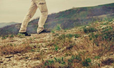 Mann zu Fuß in den Bergen