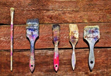Photo pour Brosses sèches sales pour la peinture sur un fond en bois . - image libre de droit