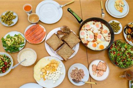 Photo pour Table with a colorful fresh homemade meal. - image libre de droit