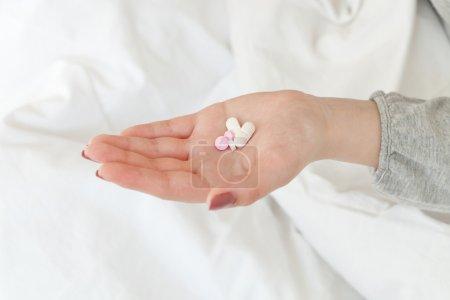 Photo pour Femme main tenant poignée de pilules - image libre de droit