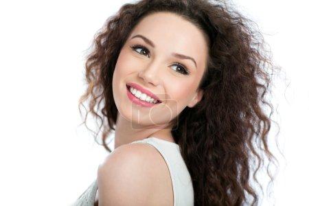 Photo pour Portrait de beauté de jeune femme sur fond blanc - image libre de droit