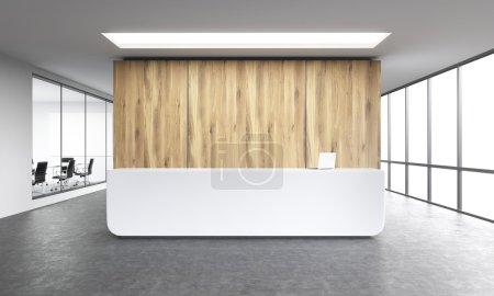Leeres Büro, weißer Empfang an der Holzwand. Panoramafenster rechts, Besprechungsraum links.