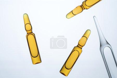 Photo pour De nombreuses ampoules de différents types et couleurs. Concept de médecine . - image libre de droit